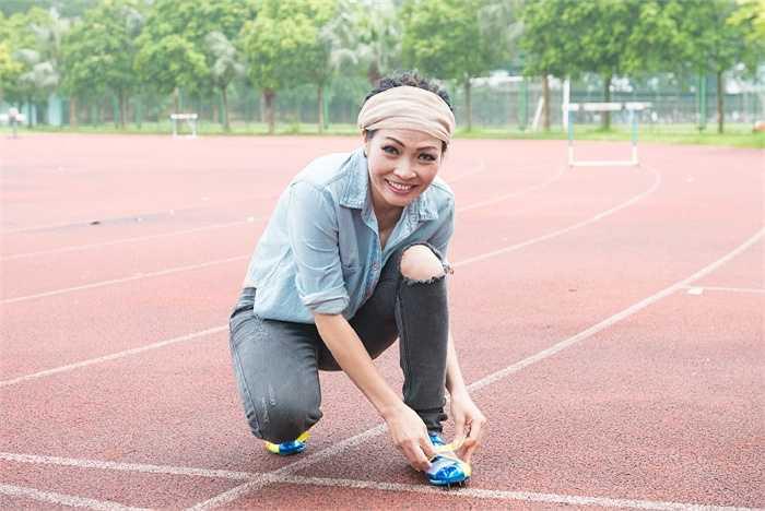 Phương Thanh miệt mài thi chạy cùng các vận động viên dưới trời nắng đến khi nữ ca sỹ thăm và tặng quà cho các đội tuyên trong đoàn thể thao Việt Nam tại Trung tâm huấn luyện thể thao Quốc gia Hà Nội.