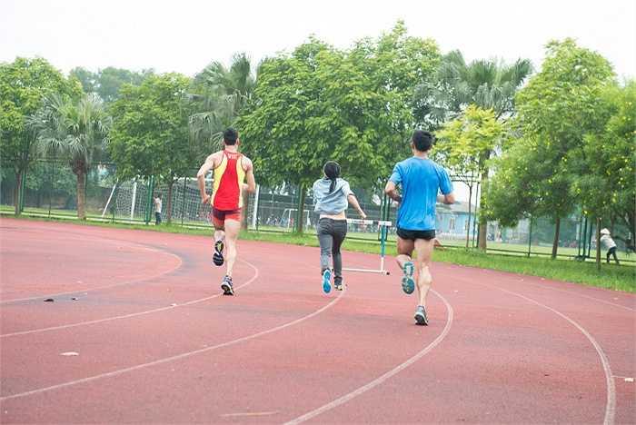 Phương Thanh không ngần ngại cùng các vận động viên thi chạy, tập bắn súng...