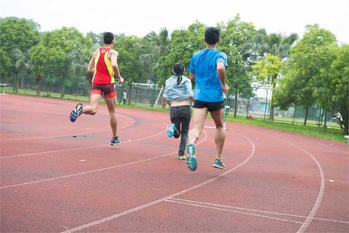 Nữ ca sỹ chạy thi cùng các vận động viên dưới cái nắng gắt của Hà Nội.