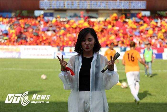 Ca sĩ Văn Mai Hương xuất hiện trên sân Cẩm Phả và thể hiện những ca khúc sôi động cổ vũ U23 Việt Nam trước giờ đấu. (Ảnh: Thành Phạm)