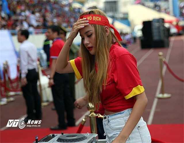 Nữ DJ Myno, vợ trung vệ Van Bakel cũng được mời tới để chơi nhạc trước giờ bóng lăn. (Ảnh: Thành Phạm)