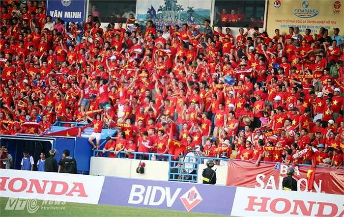 Sân Cẩm Phả được phủ kín một màu đỏ. (Ảnh: Quang Minh)