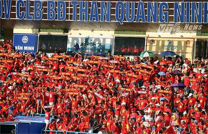 Hàng ngàn cổ động viên đất Mỏ lần đầu tiên được cổ vũ một đội tuyển quốc gia thi đấu trên mảnh đất của mình. (Ảnh: Quang Minh)