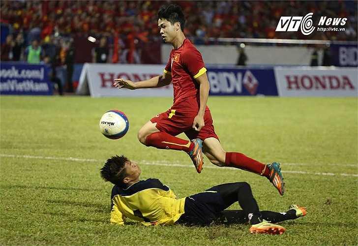 Tiếc rằng, U23 Việt Nam đã không được hưởng trọn niềm vui khi để U23 Myanmar cầm hòa 2-2. Bản thân Công Phượng sau bàn thắng mở tỷ số đã chơi khá cá nhân và bị nhắc nhở. (Ảnh: Thành Phạm)