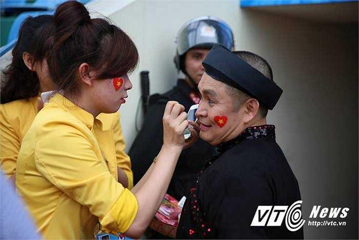 Đặc biệt, khán giả Quảng Ninh chào đón sự góp mặt của NSUT Xuân Hinh. (Ảnh: Thành Phạm)