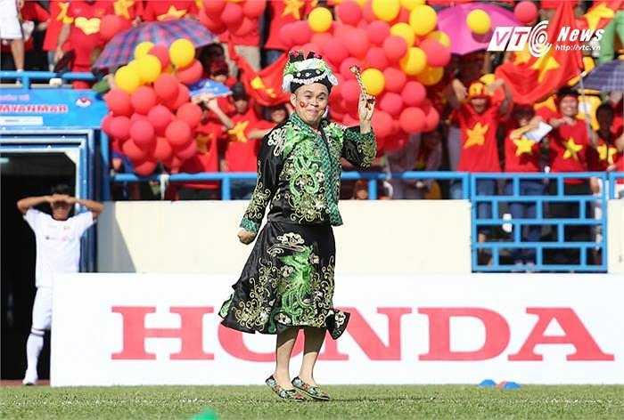 Nghệ sĩ Xuân Hinh còn mang đến những điệu văn và màn lên đồng hết sức lôi cuốn. (Ảnh: Thành Phạm)