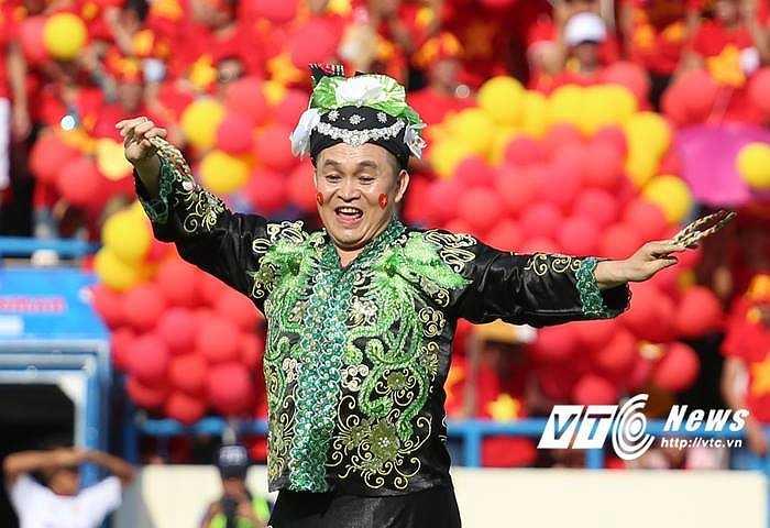 Nghệ sĩ Xuân Hinh thể hiện tiết mục của mình rất duyên. (Ảnh: Thành Phạm)