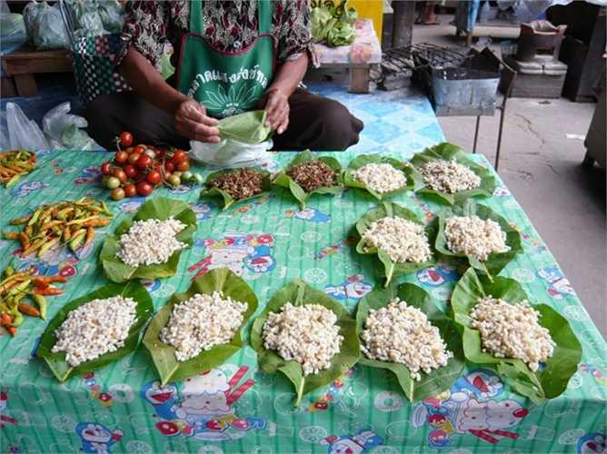 8. Trứng kiến. Thái Lan có lẽ là thiên đường cho các món ăn lạ từ côn trùng. Người ta tỉ mẩn thu từng quả trứng của những con kiến và tẩm ướp và dùng kèm với rất nhiều món ăn bình thường khác