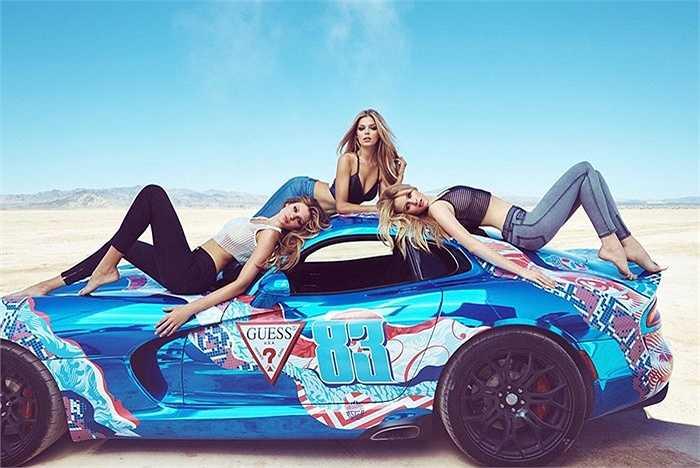 Ngồi trên những chiếc Viper này là 3 người mẫu nóng bỏng của Guess: Danielle Knudson, Simone Holtznagel và Natalie Pack.