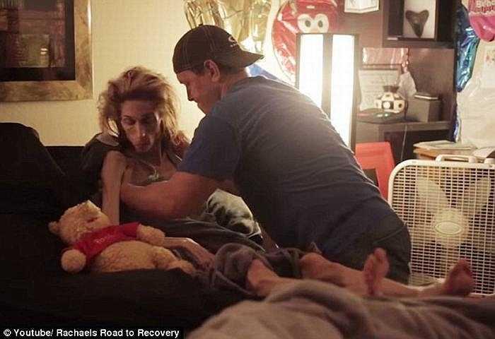 May mắn, bên cạnh Rachael luôn người chồng Ron Edmondson. Từ khi Rachael bị bệnh, Ron đã nghỉ làm và dành toàn bộ thời gian chăm sóc vợ và không rời cô nửa bước.