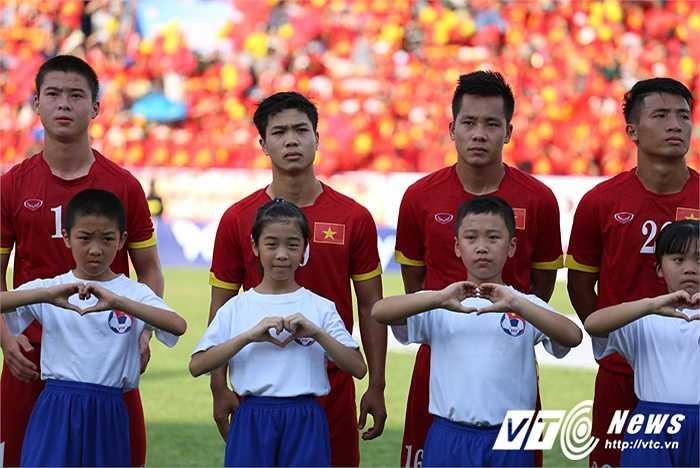 Các em nhỏ dẫn đội trên sân Cẩm Phả kết hình trái tim trước lễ chào cờ của hai đội. (Ảnh: Thành Phạm)