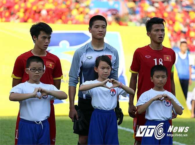Lần đầu tiên sân Cẩm Phả, Quảng Ninh đón một đội tuyển quốc gia về thi đấu với một đội bóng nước ngoài. (Ảnh: Thành Phạm)