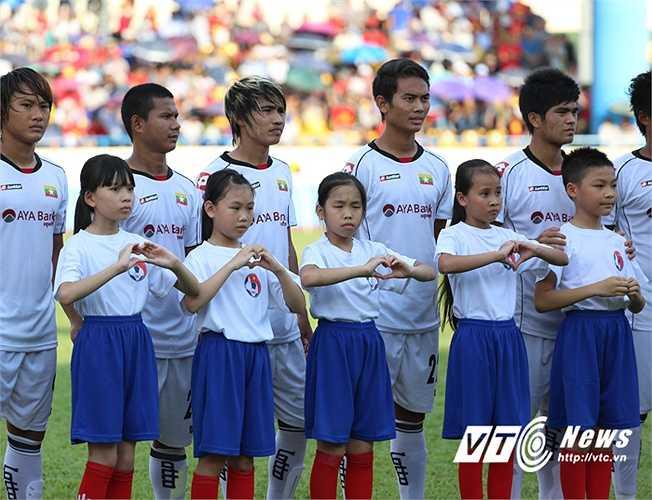 Các em nhỏ dẫn đội U23 Myanmar. (Ảnh: Thành Phạm)