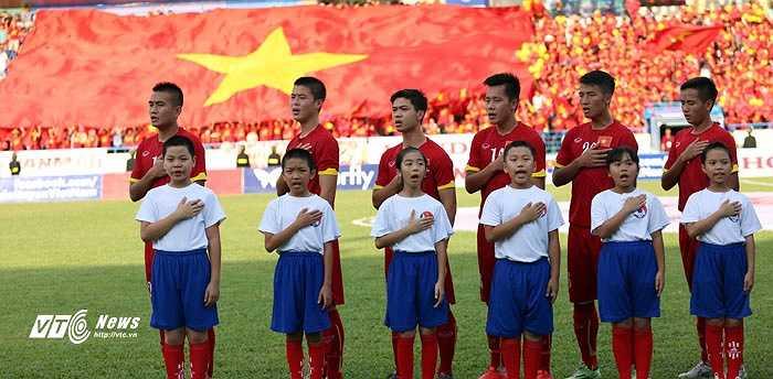 Các em cũng để tay lên ngực khi hát Quốc ca Việt Nam. (Ảnh: Thành Phạm)