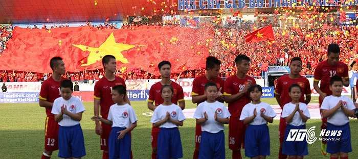 Trong khi đó trên khán đài đỏ rực một màu Việt Nam. Hàng ngàn quả bóng bay đã được thả lên trời khi Quốc ca Việt Nam kết thúc. (Ảnh: Thành Phạm)