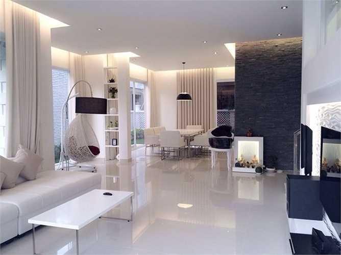 Ngôi biệt thự của đôi vợ chồng Thủy Tiên và Công Vinh tại Sài Gòn khá rộng lớn. Chọn phong cách thiết kế hiện đại nên không gian sống của cặp vợ chồng trẻ bài trí nhẹ nhàng. Đồ nội thất phòng khách nhà sao Việt với tông màu trắng chủ đạo.