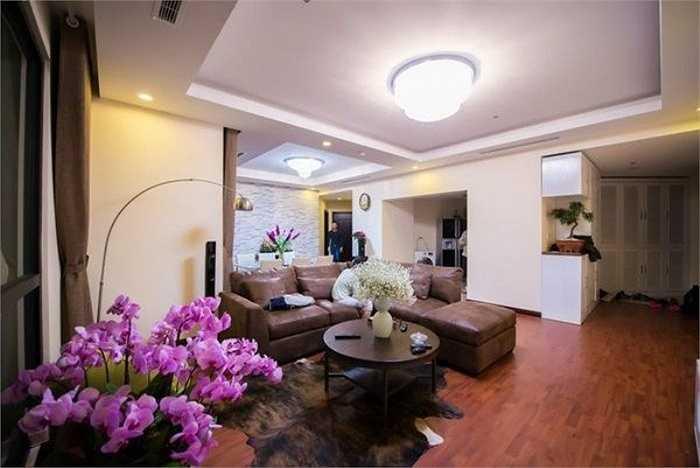 Á hậu Huyền My sống tại một căn hộ chung cư cao cấp. Phòng khách cho nhà người đẹp được bài trí rất gọn gàng. Bộ sofa nâu ăn rơ màu sắc với nhiều vật dụng trong nhà, đem lại cảm giác yên bình, quý phái cho không gian. Ảnh: Linh Chi.