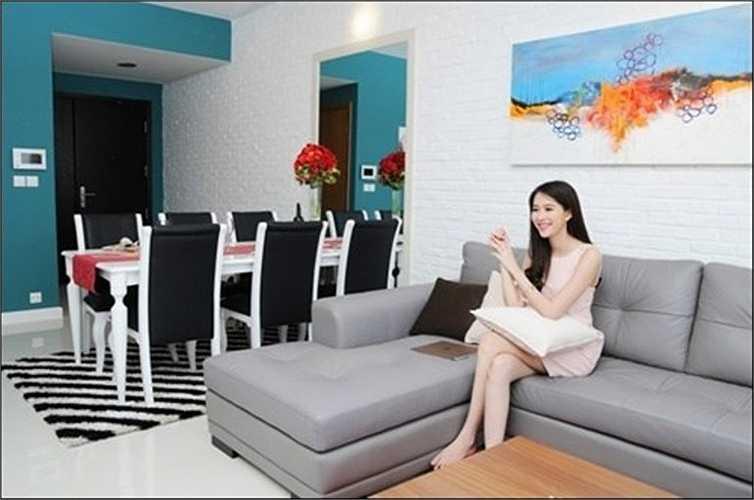 Soi phong khach sang chanh cua sao Viet-Hinh-6 Sau khi đăng quang ngôi vị Hoa hậu năm 2012, Đặng Thu Thảo có cuộc sống khá yên ả và sung túc. Vào đầu năm 2015, hoa hậu mua căn chung cư ở quận 2, TP HCM trị giá gần 2 tỷ đồng. Phòng khách được bài trí rất hiện đại.