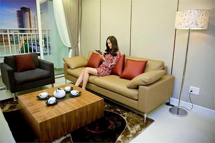 Soi phong khach sang chanh cua sao Viet-Hinh-7 Hoa hậu Phụ nữ Việt Nam qua ảnh 2006 - Dương Mỹ Linh đã mua căn chung cư với diện tích 100m2 tại TP HCM. Nội thất phòng khách được sắp xếp rất hài hòa, đem lại cảm giác ấm cúng, thoải mái cho chủ nhà. Ảnh: Oscar.