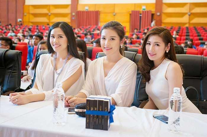 Hoa hậu Ngọc Hân, Á Hậu Tú Anh, Hoàng Anh, Huyền My... tham gia trao tặng 'Những cuốn sách đổi đời' cho sinh viên Hà Nội tại Học viện Thanh Thiếu niên Việt Nam.