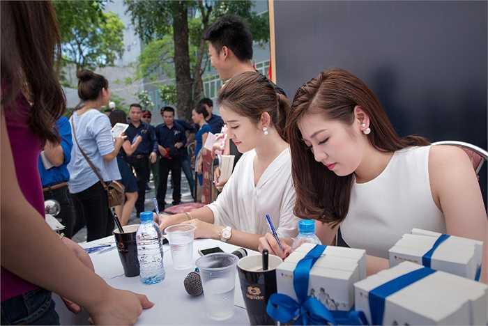 Trong phần trao tặng các người đẹp đã ký tặng hàng ngàn cuốn sách cho sinh viên trong tiết trời nóng nắng tại Hà Nội.