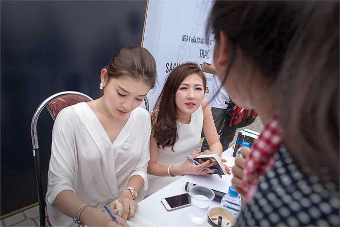 Á hậu Huyền My, Tú Anh nhiệt tình bên các bạn sinh viên.