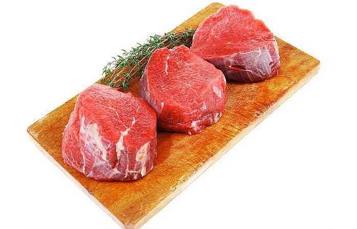 Thịt bò: Sắt và kẽm là 2 chất có nhiều trong thịt bò và 2 chất này là nguồn dinh dưỡng quan trọng đối với sức khỏe của các cơ. Thịt bò nạc là nguồn cung cấp protein tuyệt vời. Ngoài ra, trong thịt bò còn chứa nhiều loại vitamin và khoáng chất bổ sung. Thịt bò có nhiều vitamin B12, kẽm và sắt tất cả đều là quan trọng cho sự tăng trưởng cơ bắp và sự phát triển của cơ thể.
