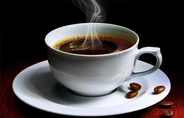 Cà phê: Cà phê không chỉ là loại thức uống giúp bạn tỉnh táo mà còn có tác dụng ít ai ngờ tới là tăng sức bền. Một nghiên cứu y học và khoa học trong thể thao được công bố gần đây cho thấy, những người uống 2,5 tách cà phê trong một vài giờ trước khi tập luyện thể dục có thể chạy nước rút lâu hơn 9% thời gian, so với người không uống bất kỳ ly cà phê nào.