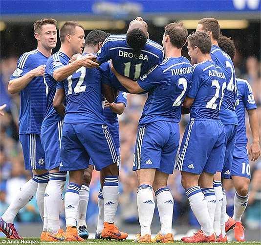 Trong trận này, Drogba chỉ thi đấu 30 phút rồi nhường chỗ cho Diego Costa. Tiền đạo người Bờ Biển Ngà đã được các đồng đội công kênh ra khỏi sân.