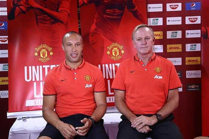 Tối ngày 24/5, tại Nhà thi đấu QK7 (TP.HCM), Mikael Silvestre và Gary Bailey đã tham dự chương trình 'United: Live in Vietnam' cùng hàng nghìn CĐV Quỷ đỏ Việt Nam.