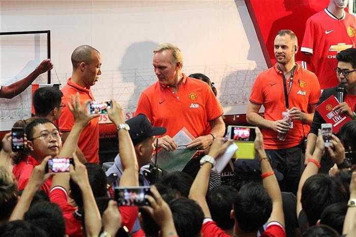 Sự xuất hiện của hai cầu thủ Man Utd vang bóng một thời, thu hút nhiều sự chú ý của các bạn trẻ tham dự sự kiện.