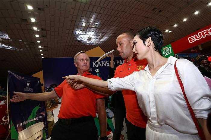 Siêu mẫu Xuân Lan nhiệt tình chỉ dẫn Silvestre và Bailey tới các gian hàng của những nhà tài trợ Man Utd.