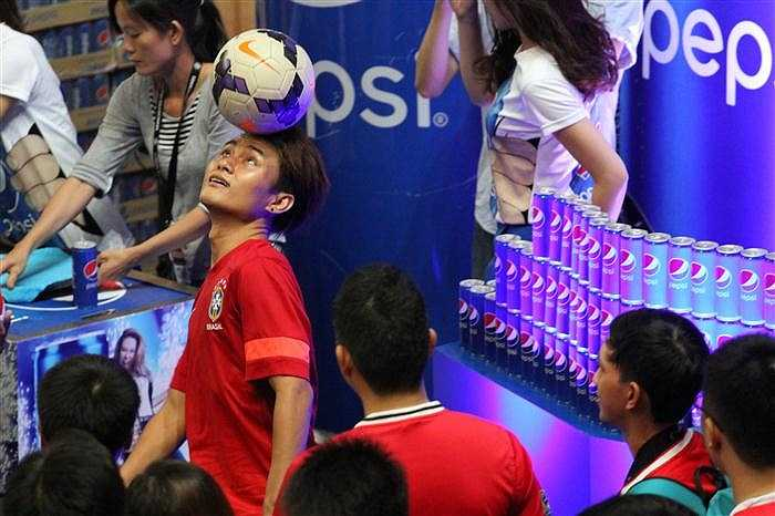 Fan Man Utd thách thức cùng cầu th3u tâng bóng nghệ thuật tại gian hàng của Pepsi.