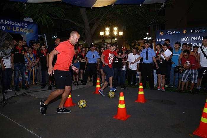 Hào hứng trổ tài cùng fan trong các trò chơi vận động tại sự kiện.