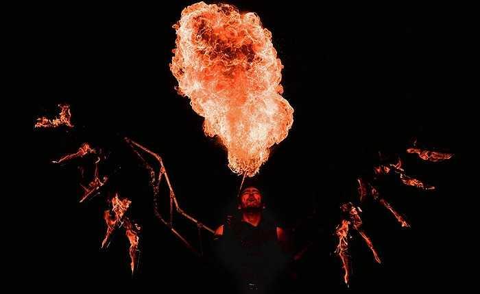Nghệ sỹ biểu diễn với những cuộn lửa khổng lồ
