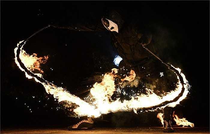 Chiếc roi lửa chạy quanh người vũ công
