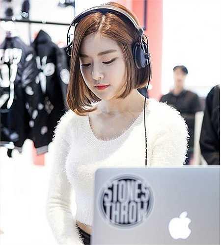 Mới đây, thông tin nữ DJ Soda sang Việt Nam biểu diễn vào ngày 28/5 thu hút sự quan tâm của giới trẻ Việt. Nơi cô gái Hàn Quốc chơi nhạc là một quán bar ở Lý Thường Kiệt, Hà Nội.