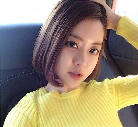 DJ Soda tên thật Hwang So Hee, đến từ Seoul, Hàn Quốc. Không chỉ nổi tiếng tại xứ sở kim chi, nữ DJ còn được cộng đồng mạng thế giới biết đến qua các clip chơi nhạc, kèm biểu cảm đáng yêu, thu hút hàng triệu lượt xem trên YouTube.