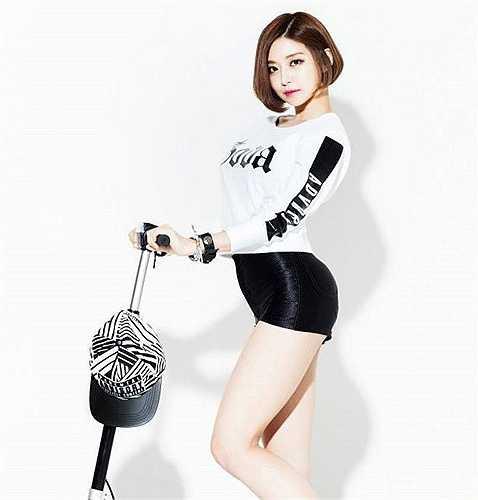 Cô gái còn nổi tiếng với 'điệu nhảy thổi sáo' tự biên đạo và thể hiện. Nữ DJ xứ sở kim chi được giới trẻ Việt biết đến qua các bản remix Talk Dirty (Jason Derulo), New Thang (Red Foo)...