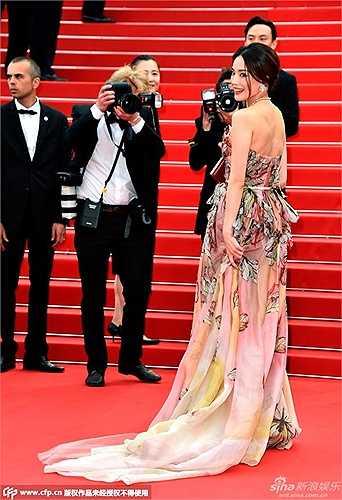 Vẻ yêu kiều và thướt tha của Thư Kỳ trên thảm đỏ. Cô là người đẹp Hoa ngữ hiếm hoi có tác phẩm điện ảnh tại Cannes.