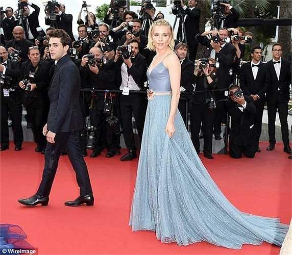 Người đẹp Sienna Miller tinh tế với váy xanh.