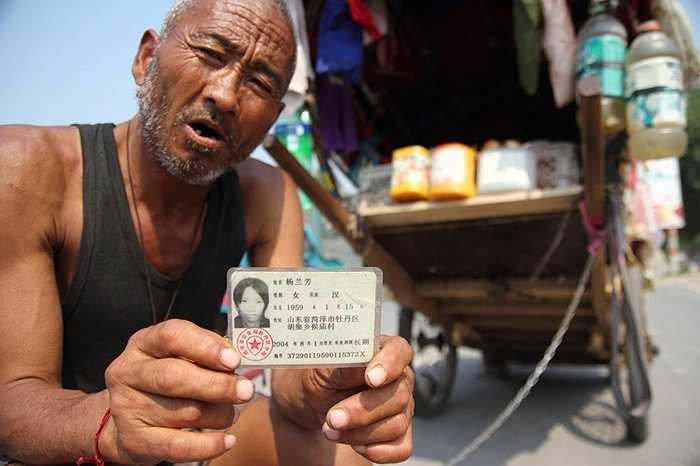 Người đàn ông ở tỉnh Sơn Đông, Trung Quốc kéo xe khắp nơi tìm vợ
