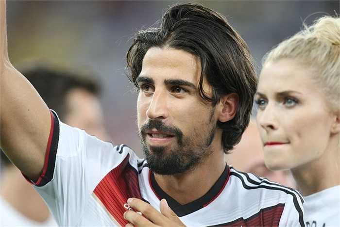 Khedira là sự lựa chọn hợp lý hơn bởi anh mới 28 tuổi. Tuy nhiên nếu muốn cầu thủ người Đức, Man Utd phải cạnh tranh quyết liệt với Chélsea và Arsenal