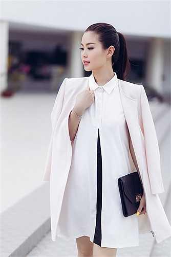 Thay vì lựa chọn những bộ cánh kén người mặc thì Diễm Trang đi sâu vào những mẫu đồ basic nhưng hợp xu hướng.