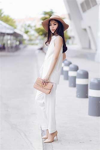 Màu sắc trang phục của Diễm Trang cũng thiên về các màu trắng, đen, pastel…
