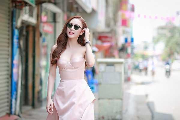 Xuất hiện tại sự kiện, Angela Phương Trinh khoe vóc dáng gợi cảm trong bộ cánh màu hồng pastel thanh lịch