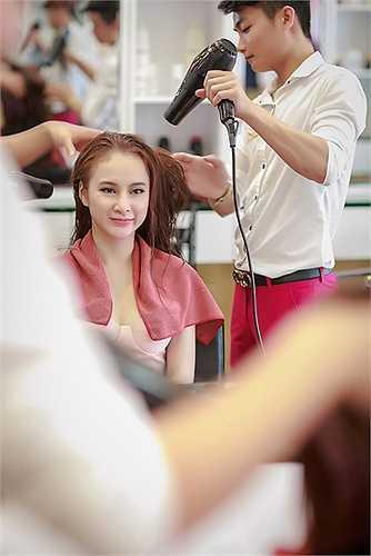 Bên cạnh việc tham dự các sự kiện, Angela Phương Trinh đang tập trung cho vai diễn trong một bộ phim điện ảnh cô sẽ tham gia trong tháng tới.
