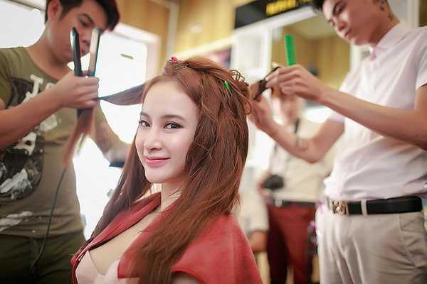 Thời gian rãnh rỗi cô tập trung đi học thanh nhạc cùng nhạc sỹ Phương Uyên hoặc đi tập thể dục để giữ dáng.
