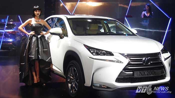 Màn trình diễn thời trang của Nhà thiết kế trẻ Lý Quí Khánh kích hoạt không khí thêm phần náo nhiệt ngay trước lễ ra mắt chiếc xe hạng sang Lexus NX200t hôm 26/5.