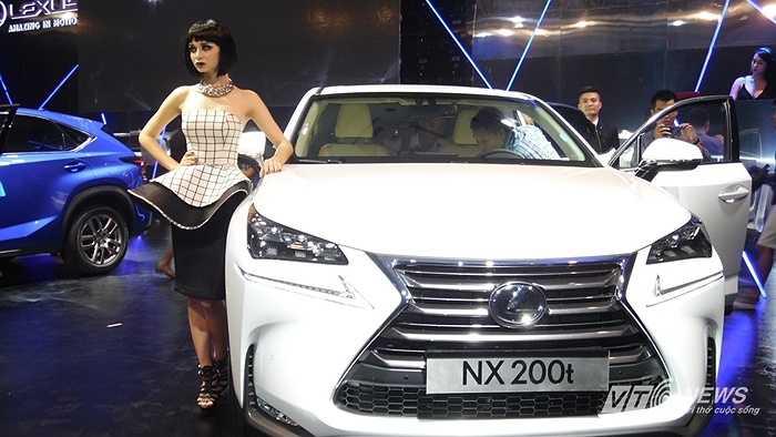 Tại Việt Nam, Lexus NX 200t có 7 màu ngoại thất, 3 màu nội thất. Xe được bảo hành 3 năm không giới hạn số km. Lexus NX 200t đã ra mắt tại Hà Nội với giá 2,408 tỷ đồng. (Trần Anh)